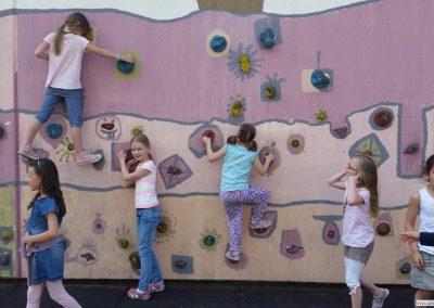 Eine beliebte Pausenbeschäftigung ist unsere Kletterwand