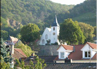 Blick von der Schule auf die Zwingenberger Bergkirche